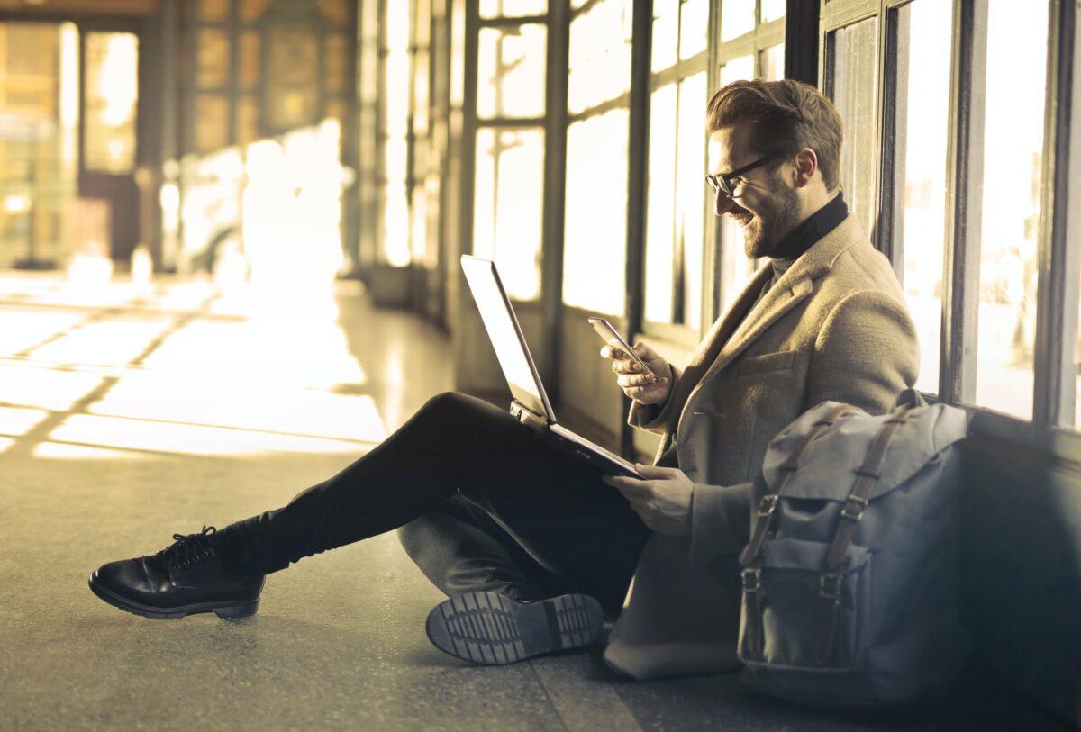 De bästa sätten att umgås online Ingen har undgått att påverkas av de nya levnadsvanorna vi har fått anpassa oss till under det gångna året. Att vara fysiskt isolerad från andra människor har varit en omställning för många, men vi har också upptäckt många sätt att umgås online. Fler och fler aktiveter har gått över till digitala varianter, och även om det finns ganska stora skillnader mellan online-umgänge och fysiskt umgänge har många påhittiga användare hittat nya sätt att umgås digitalt. Här listar vi våra favoriter. Allt kan ske via Zoom Zoom är en av de mötesplatser som fått ett kraftigt uppsving i användandet under 2020. Där hålls numer skollektioner, konferenser, AWs, mingel och många olika arbetsrelaterade samtal. Vi har också sett många komiska situationer där högt uppsatta auktoriteter råkat lägga ett katt-filter på ansiktet eller ställt in bilden upp och ned. Sådant tycker vi datornördar är oändligt kul att skratta åt, och det gör Zoom till en vinnare bland umgänget online. Rent produktiva appar och program som Teams, Skype, Slack och liknande har också blivit en allt vanligare del av vår vardag, och nu har även den äldre generationen setts videochatta via Whatsapp eller Messenger. Dessa appar har varit oumbärliga i pandemins spår. Återkomsten för internetforum Under internets tidiga levnadsår hängde vi mycket på forum av olika slag. Förutom de olika föregångarna till Facebook, som exempelvis Myspace, Skunk, Lunarstorm och Helgon, besökte vi också olika forum för den typ av diskussioner som vi var intresserade av. Idag har forumen gjort ett återtåg bland internetanvändare och erbjuder någon slags sammanslagning av informationsplats, mötesplats och shoppingportal. En sajt som Djurcentrum.se är ett bra exempel på detta. Samtidigt som vi använder internet mer för alla våra vardagsbestyr blir vi också mer kräsna kring vilka funktioner vi använder och vilka sajter vi besöker. Vi stället högre krav på säkerhet, på att vi ska få behålla integriteten och våra per